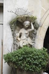 Hôtel de Clermont-Tonnerre - Deutsch: Hôtel de Clermont-Tonnerre, 18 Place des Vosges, im 4. Arrondissement in Paris (Île-de-France/Frankreich), Figur im Innenhof
