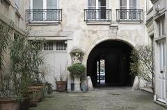 Hôtel de Clermont-Tonnerre - Deutsch: Hôtel de Clermont-Tonnerre, 18 Place des Vosges, im 4. Arrondissement in Paris (Île-de-France/Frankreich), Innenhof