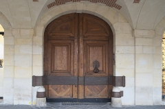 Hôtel Genou de Guiberville - Deutsch: Hôtel Genou de Guiberville, 2 Place des Vosges, im 4. Arrondissement in Paris (Île-de-France/Frankreich), Tür