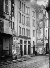 Synagogue - English: 1917 photograph of the Agoudas_Hakehilos_Synagogue (rue Pavée, 10) of Paris. The building was projected by Art Nouveau architect Hector Guimard and built between 1913 and 1914. The photograph was taken by Charles Joseph Antoine Lansiaux.
