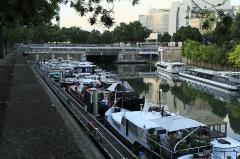 Métropolitain, station Bastille - Deutsch:   Vom Fußweg am Boulevard Bourdon Richtung Norden zur Mündung des Kanaltunnels unter dem Place de la Bastille. Die Blechträgerbrücken am Beginn des Kanaltunnels gehören zum U-Bahn-Haltepunkt Bastille der Linie 1.