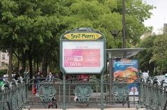Métropolitain, station Saint-Marcel - Français:   Entrée de la station de métro Saint-Marcel à Paris.