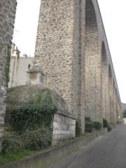 Ancien aqueduc des eaux de Rungis ou aqueduc Médicis (également sur communes de Rungis, Arcueil, Fresnes, Cachan, L'Hay-les-Roses, Gentilly, dans le Val-de-Marne) -  Arcueil, France  regard de l'aqueduc Médicis sous une arche de l'aqueduc Bellegrand