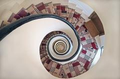 Deux immeubles -  Cage d'escalier de l'immeuble de rapport conçu en 1929 par l'architecte Robert Mallet-Stevens à Paris au 7 rue Méchain Portrait de l'architecte Mallet-Stevens (photo dalbera) <a href=
