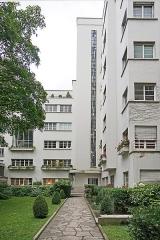 Deux immeubles -  Immeuble de rapport conçu en 1929 par l'architecte Robert Mallet-Stevens à Paris au 7 rue Méchain Portrait de l'architecte Mallet-Stevens (photo dalbera) <a href=