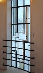Deux immeubles -  Vitraux de la cage d'escalier de l'immeuble de rapport conçu en 1929 par l'architecte Robert Mallet-Stevens à Paris au 7 rue Méchain Portrait de l'architecte Mallet-Stevens (photo dalbera) <a href=