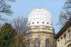 Observatoire de Paris -  La création de l'observatoire royal à Paris a été décidée en 1666 sous le règne de Louis XIV. C'est l'architecte Claude Perrault qui est chargé de sa conception dès 1667. Giovanni Domenico Cassini en est le premier directeur en 1669.  Article de Wikipedia <a href=
