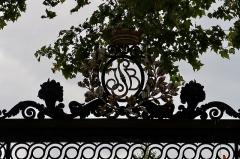 Ecole Jean-Baptiste Say - Français:   Détail de la grille du lycée Jean-Baptiste-Say, rue d\'Auteuil (Paris, 16e).