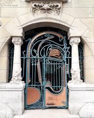 Immeuble dit Castel Béranger - Français:   Il s\'agit de la porte d\'entrée du Castel Béranger, un immeuble de l\'architecte Hector Guimard. C\'est un immeuble précurseur de l\'Art nouveau à Paris.