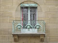 Immeuble dit Castel Béranger - Balcon de la façade principale du Castel Béranger à Paris  Le Castel Béranger est un immeuble de rapport de trente-six appartements situé 14, rue La-Fontaine dans le 16e arrondissement de Paris. Il a été conçu par l\'architecte Hector Guimard. Sa construction a lieu à partir de 1895 jusqu\'en 1898. C\'est un chef d\'oeuvre d\'art nouveau français.  Hector Guimard y applique un principe fondamental de l'Art nouveau: celui de l'unité complète de l'œuvre. Il est également, et comme à son habitude, l\'auteur du second-œuvre et de la décoration intérieure (sols, menuiserie, serrurerie, vitrerie et vitrail, peinture, tapisserie et papier-peint) mais aussi du mobilier.  On retrouve à l\'extérieur plusieurs thèmes chers à l\'auteur: le bow-window, la loggia, le balcon et la ferronnerie ouvragée.  L'immeuble est primé au 1er concours de façades de la Ville de Paris en 1898, mais cette nomination est critiquée.  extrait de Wikipedia  <a href=\