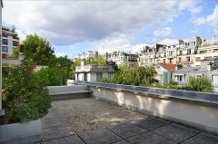 Villa La Roche, actuellement Fondation Le Corbusier - Le toit-terrasse de la maison La Roche communique avec le toit-terrasse de la maison Jeanneret  Le Corbusier construit entre 1923 et 1925 deux maisons sur un petit terrain en forme de L dans le 16ème arrondissement à Paris.  La première maison est une commande de Raoul Albert La Roche, un banquier d\'origine suisse, ami de Le Corbusier, mécène et amateur de  peinture puriste, un mouvement artistique créé par le peintre Amédée Ozenfant et par le Corbusier lui-même. Collectionneur d\'art moderne, Raoul La Roche, qui est célibataire, veut abriter sa collection d\'oeuvres d\'art et disposer d\'un petit appartement communiquant avec sa galerie. La deuxième maison est pour la famille du frère ainé de le Corbusier: Albert Jeanneret, qui est musicien.  Le Corbusier conçoit deux maisons mitoyennes dont l\'architecture est en rupture avec les modèles conventionnels des maisons d\'habitation et pour lesquelles il applique les cinq éléments devenus célèbres: les pilotis, le plan libre, la façade libre, les fenêtres en longueur, le toit-terrasse. Aujourd\'hui, la fondation Le Corbusier occupe la maison Jeanneret où se trouvent ses bureaux, une bibliothèque et les archives de Le Corbusier. La maison La Roche est ouverte au public.  Le site de la Fondation Le Corbusier  10 square du docteur Blanche, 75016 Paris  <a href=\