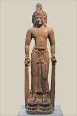 Musée Guimet - Le Bodhisattva Lokesvara  Lokesvara est le nom au Cambodge du Bodhisattava Avalokiteshvara.  Avalokitesvara (le seigneur qui regarde d\'en haut) est l\'un des grands Bodhissatva du Mahayana (Le Bouddhisme du Grand Véhicule). On le reconnait à l\'image du Buddha Amitabha dans sa coiffure. Sa compassion s\'étend à tous les êtres.  voir l\'album sur Avalokiteshvara d\'Annie Dalbéra à partir des photographies des 2 auteurs www.flickr.com/photos/anniedalbera/galleries/721576276245...  Tan Long, district de My To, province de Soc Trang Vietnam Style de Phnom Da VIIè siècle (?) Grès  musée Guimet / musée national des arts asiatiques  www.guimet.fr/Bodhisattva-Avalokiteshvara,166