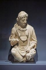 Musée Guimet -  Bodhisattva Maitreya Maitreya est le Bouddha du futur, son attribut est un petit vase à eau qu'il tient dans la main gauche. Dans une triade bouddhique, il est à la droite du Bouddha historique, Avalokiteshvara est à sa gauche. 4-5ème siècle Stuc Afghanistan ou site de Taxila (Pakistan) Art du Gandhara Ancienne collection Florence Malraux, don de la société des amis du musée Guimet, 2018 Musée National des Arts Asiatiques Guimet (MNAAG, Paris) Oeuvre exposée dans l'exposition: Bouddha. La légende dorée au MNAAG, Paris <a href=