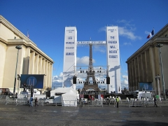 Palais de Chaillot - Français:   Place du Trocadéro avec vue sur la Tour Eiffel pendant la commémoration des 10 ans des attentats du 11 septembre.