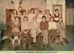 Ecole normale de musique Alfred Cortot - Français:   photo de la Classe d\'orchestration de Marius Constant au CNSM Paris années 80 (A. Guélis en haut à droite, M. Constant en bas au milieu, à sa gauche N. Bacri compositeur)