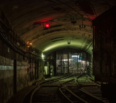 Métropolitain, station Villiers - English: Looking out at the active lines from inside an abandoned tunnel system, Paris Metro.