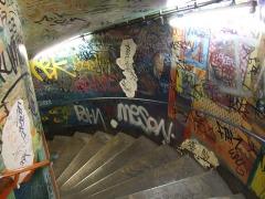 Métropolitain, station Abbesses - English: Graffiti in Paris' metro station Abesses (line 12).