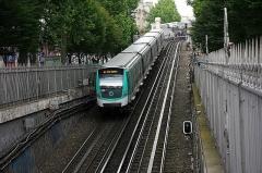 Métropolitain, station Barbès-Rochechouart -  Gaat de tunnel binnen richting het volgende station op lijn 2: Anvers. Bestemming: Porte Dauphine. Parijs, 23 mei 2014.    RATP MF01 032 has just left Barbès – Rochechouart and enters the tunnel towards its next stop on line 2: Anvers. May 23rd, 2014.