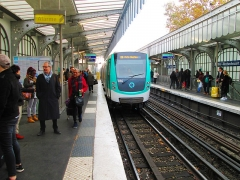 Métropolitain, station Barbès-Rochechouart - English: A train of the #2 line heading to Porte Dauphine arriving at the Barbès–Rochechouart station of the Paris Metro.