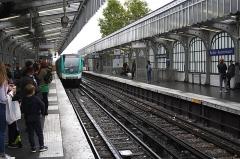 Métropolitain, station Barbès-Rochechouart - Deutsch: MF 01 in der Métrostation Barbès – Rochechouart