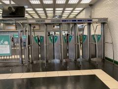 Métropolitain, station Gambetta - Français:   Portiques de sortie à la station de métro Gambetta à Paris.