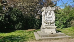 Auberge Ganne -  Monument à J.B.Corrot au bord de l'étang neuf, 1880. Sculpteur Adolphe-Victor Geoffroy-Dechaume.
