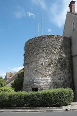 Porte Madeleine  , à l'entrée de la ville - Deutsch: Turm der Stadtbefestigung Porte Madeleine in Château-Landon im Département Seine-et-Marne (Region Île-de-France/Frankreich)