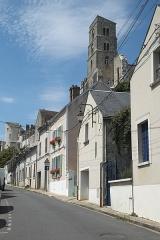 Tour de Saint-Thugal - Deutsch: Häuser in Château-Landon im Département Seine-et-Marne (Region Île-de-France/Frankreich), oben romanischer Turm der Kirche Saint-Thugal