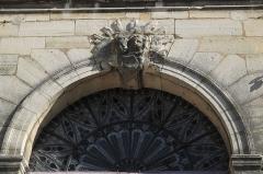 Abbaye Saint-Pierre - Deutsch: Ehemalige Abteikirche Notre-Dame-des-Ardents in Lagny-sur-Marne im Département Seine-et-Marne in der Region Île-de-France (Frankreich), Engelsköpfe über dem Eingang