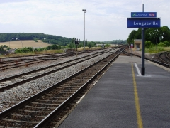 Rotonde SNCF - English: North-west extremity of a platform in Longueville station, Seine-et-Marne, France (view towards the Longueville railway bridge towards Paris)