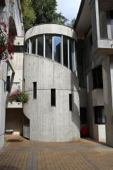 Batterie de Bois d'Arcy - La batterie de Bois-d'Arcy est l'une des batteries militaires construits à la fin du XIXe siècle pour assurer la défense de Paris. Elle est située dans la commune de Bois d'Arcy, dans le département des Yvelines, en France. C'est maintenant un centre des archives pour le Centre national du cinéma et de l'image animée.