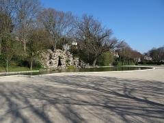 Terrasse et grotte de rocaille - Français:   Parc des Grottes, Juvisy-sur-Orge. (Essonne, région Île-de-France).