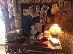 Maison à tourelles - English: Desk of Jean Cocteau in his office in the Jean Cocteau House, Milly-la-Foret