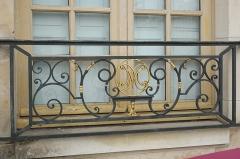 Pavillon de Vendôme - Deutsch: Pavillon de Vendôme in Clichy im Département Hauts-de-Seine (Île-de-France/Frankreich), Fenstergitter mit Initialen