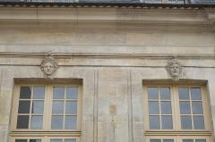 Pavillon de Vendôme - Deutsch: Pavillon de Vendôme in Clichy im Département Hauts-de-Seine (Île-de-France/Frankreich), Fenster mit Maskarons