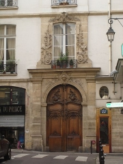 Maison - English: Front of the building of the 18 century with sculpted wooden door and sculpted stone frame of the 2nd floor window.