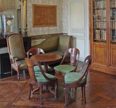 Immeuble -  Le cabinet de travail de l'appartement d'Auguste Comte (philosophe, 1798- 1857), meublé entre autres de chaises gondoles, d'un fauteuil Voltaire et d'une méridienne, 10 rue Monsieur le Prince à Paris.