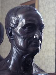 Immeuble - English: Buste d'Auguste Comte (musée-maison d'Auguste Comte, Paris)
