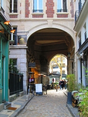 Passage de la Cour du Commerce Saint-André (voir aussi : Enceinte de Philipe-Auguste) - English: The historic Cour du Commerce Saint-Andre in the 6th arrondissement of Paris, France, facing the archway which leads south to the Boulevard Saint-Germain.