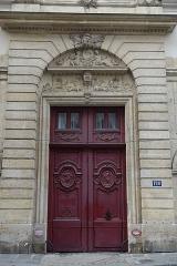 Hôtel -  Porte de l'Hôtel au 120 Rue du Bac à Paris (75007) où a habité Chateaubriand.