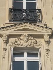 Hôtel Landolfo-Carcano, actuellement ambassade du Qatar - Français:   Mascaron sur la façade de l\'immeuble de l\'angle de la rue de Tilsitt et de l\'avenue des Champs-Élysées.