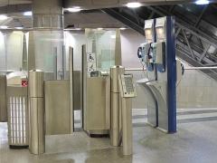 Métropolitain, station Saint-Lazare - English: Turnstile for disabled people, baby stroller or people with luggages. Station Saint-Lazare