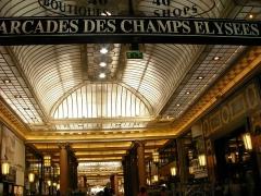 Immeuble - Arcades du Lido à Paris (Île-de-France, France).