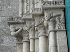 Eglise Notre-Dame - Français:   Chapiteaux de l\'ébrasement gauche du portail occidental de la collégiale Notre-Dame-de-Grande-Puissance de Lamballe (22).