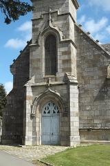 Eglise Notre-Dame-de-la-Cour et croix de calvaire - Deutsch: Kapelle Notre-Dame-de-la-Cour in Lantic im Département Côtes-d'Armor (Region Bretagne/Frankreich)