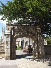 Eglise Saint-Yvi de Loguivy - Français:   Porte de l\'enclos paroissial de Loguivy-lès-Lannion. En arrière-plan, le cimetière et l\'église Saint-Ivy.