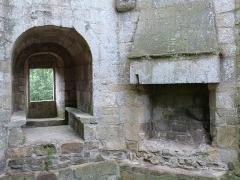 Château de la Hunaudaye - Français:   Baie à coussièges et cheminée de l\'un des niveaux du donjon seigneurial (château de la Hunaudaye à Plédéliac (Côtes-d\'Armor)