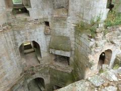 Château de la Hunaudaye - Français:   Espace intérieur polygonal du donjon seigneurial situé dans la tour est du château de la Hunaudaye à Plédéliac (Côtes-d\'Armor). Chaque niveau était occupé par une pièce d\'apparat.