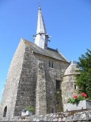 Chapelle Saint-Gonéry et cimetière - Deutsch:   Chapelle Saint-Gonéry - Die bleiummantelte Holzspitze(1612) des romanischen Glockenturms mit seinen Dämonen abschreckenden Wasserspeihern neigt sich unter seiner schweren Last. Plougrescant - Côtes-d\'Armor - (Côte de Granit) - Bretagne