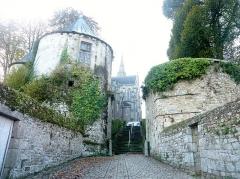 Anciennes fortifications - Français:   Rue ancienne, escalier et anciennes fortifications de Quintin (Côtes-d\'Armor).